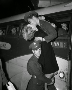 Vintage Military Kiss (14) - src-httpwww.vintag.es201505these-20-romantic-vintage-photos-of.html